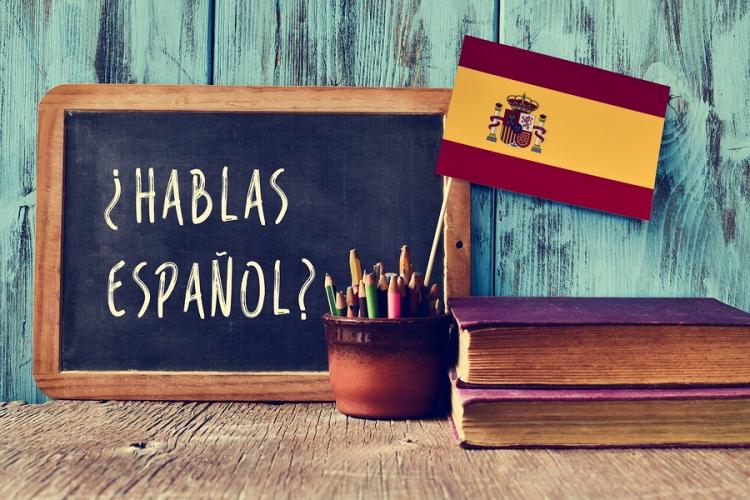 a chalkboard with the question hablas espanol? do you speak Span